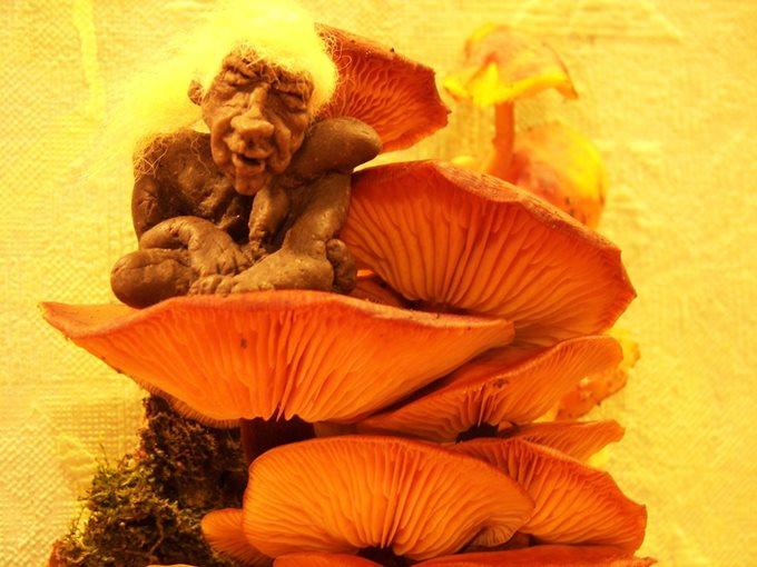 Цурин Борис. ЛЕШАК, кукла из хлебного мякиша, высота скульптурки 5 см