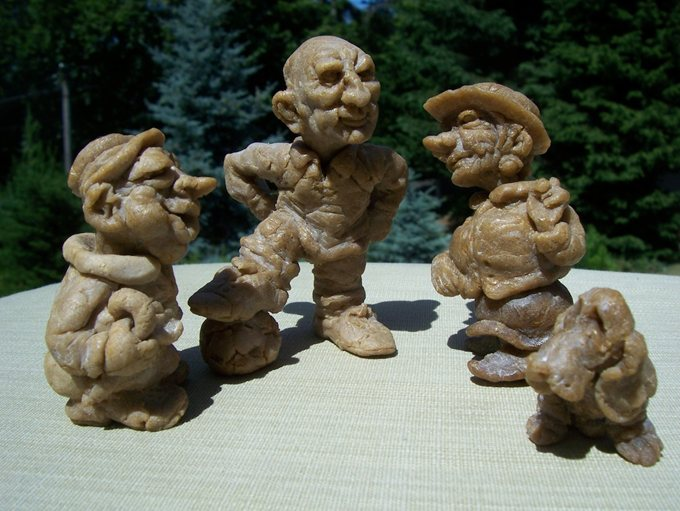 Цурин Борис. В ЧЕХИИ, куклы из хлеба, h скульптурок 7 см