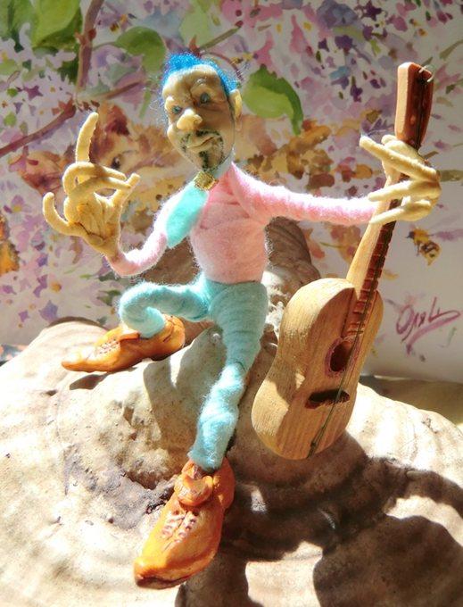 Музыкант-гитарист, кукла на каркасе