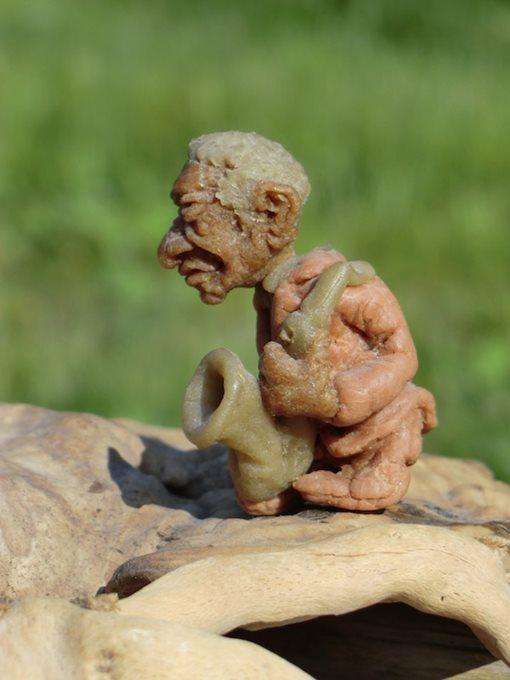 Цурин Борис. САКСОФОНИСТ, кукла из хлебного мякиша, высота скульптурки 5 см