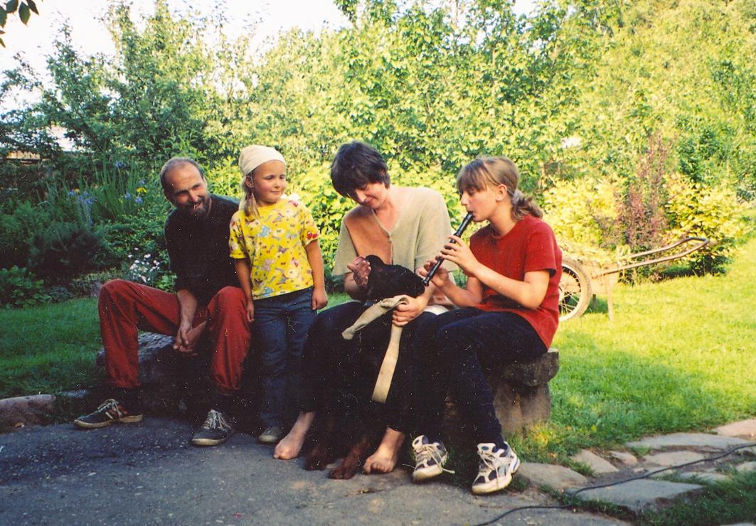 Ротвейлер исполняет песню под сопровождение флейты
